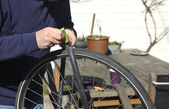 Man repairing bicycle tire — Stok fotoğraf