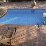 Плавательный бассейн с шезлонгами — Стоковое фото
