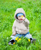 Child sitting on the grass — Stock Photo
