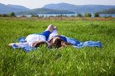 湖附近的女孩和男孩 — 图库照片