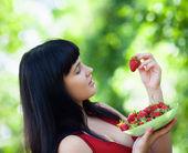 Dívka s straberry v zahradě — Stockfoto