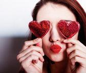 Kırmızı kalpler ile esmer kız — Stok fotoğraf