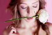 女孩与玫瑰 — 图库照片