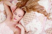 Slapende meisje in nachtjapon — Stockfoto