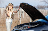 Kırık araba ile kız — Stok fotoğraf