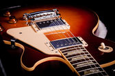 サンバースト エレク トリック ギターのボディのクローズ アップ — ストック写真