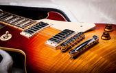 Sunburst elgitarr kropp om gitarr ifall — Stockfoto