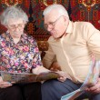 Senior couple read the news — Stock fotografie