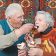 Old man spoon-feed old woman — Stockfoto