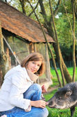 Güzel bir kız ile evde beslenen hayvan — Stok fotoğraf