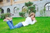 Meisje leugen op gras — Stockfoto