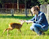 Güzel kız genç geyik yayınları — Stok fotoğraf