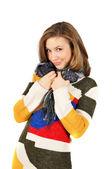 Piękna dziewczyna uśmiechający się w piękny ciepły sweter kolorowy — Zdjęcie stockowe