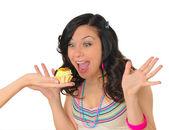 Słodkie młoda kobieta z smaczne ciasto — Zdjęcie stockowe