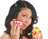 Mujer joven y bonita con dos pasteles sabrosos — Foto de Stock