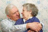 Feliz setenta hombres abrazan su whifegelukkig 70s mannen omhelzen haar whife — Foto de Stock
