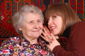 Babcia i wnuczka plotkować — Zdjęcie stockowe
