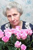 бабушка за букет розовой розы — Стоковое фото
