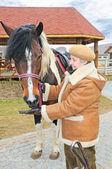 пожилая женщина, кормить лошадь — Стоковое фото