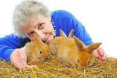 Ältere Frau mit Kaninchen — Stockfoto