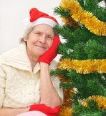 Granny em luvas de chapéu e vermelho de Papai Noel vermelhas — Fotografia Stock