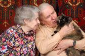 Siebzig Jahre alten Ehepaar mit Katze — Stockfoto