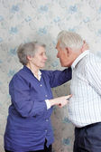Senior couple jokingly discuss who is boss — Zdjęcie stockowe