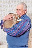 äldre man med bunny — Stockfoto