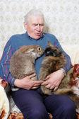 äldre man med djur — Stockfoto