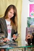 Jovem vendedor bonita conta dinheiro — Foto Stock