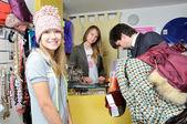 Muž nákup oblečení se krásná mladá dívka v klobouku — Stock fotografie