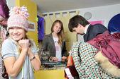 Un hombre a comprar ropa de chica joven y bella — Foto de Stock