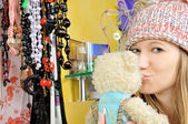 Hermosa joven con sombrero besos de oso de peluche — Foto de Stock