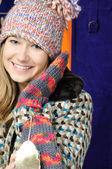 Bella giovane ragazza in inverno cappello e muffole — Foto Stock