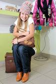 Jovencita en sombrero abrazando una bolsa — Foto de Stock