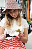 Mooi meisje kiest autmn kleding — Stockfoto