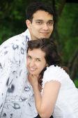 μπλε πώληση συμφώνησε σημάδι美しい若いカップルの肖像画 — ストック写真