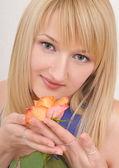 Portret piękne blond dziewczyna z rose różowy — Zdjęcie stockowe