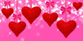 Read hearts hanging with pink bows — 图库照片