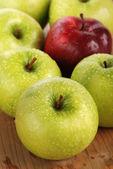 Pomme verte avec pomme rouge — Photo