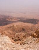 查看对在以色列内盖夫沙漠中的雷蒙火山口. — 图库照片
