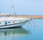 Yacht im hafen stehend auf einem anker — Stockfoto