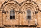 Huvudingången till kyrkan av den heliga graven i jerusalem — Stockfoto