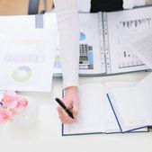 Closeup aan de kant van het werken met documenten zakenvrouw — Stockfoto