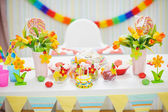 Closeup on table decorated for children's celebration party — 图库照片