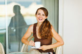 šťastná žena užívat kávu na terase — Stock fotografie