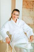 Mujer en bata de baño terraza — Foto de Stock