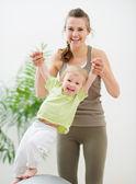 Mère et bébé s'amuser dans la salle de gym — Photo