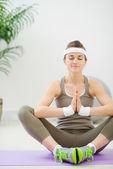 здоровый худенькая девушка медитации — Стоковое фото