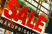 Big sale sign above store entrance — Foto de Stock